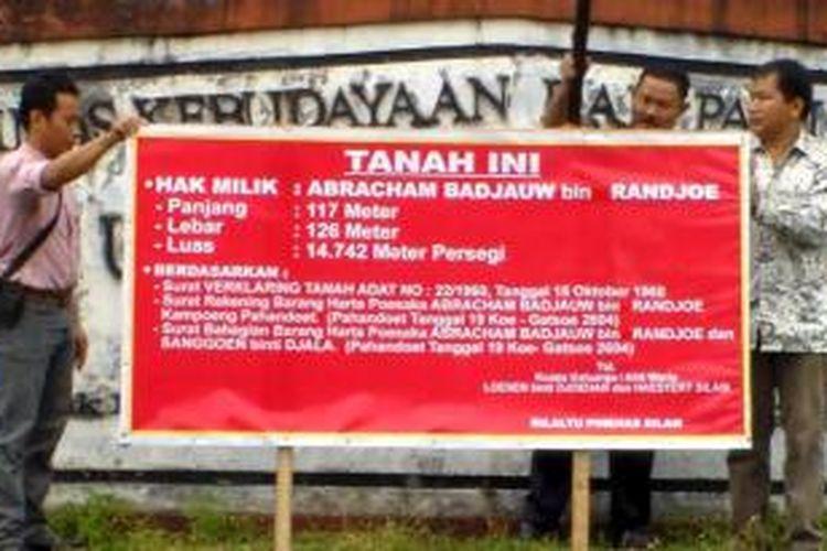 Ahli waris keluarga memasang tanda segel gedung museum Balanga di Palangka Raya