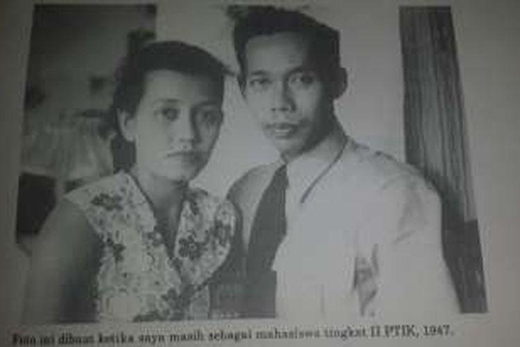 Hoegeng Iman Santoso bersama istri tercinta, Merry Roeslani