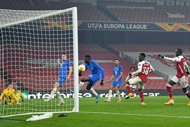 Bola mengenai bek Molde Gambia Sheriff Sinyan (ke-3) untuk masuk ke gawang guna mencetak gol bunuh diri selama pertandingan sepak bola Grup B Liga Eropa UEFA antara Arsenal dan Molde di Stadion Emirates di London pada 5 November 2020.