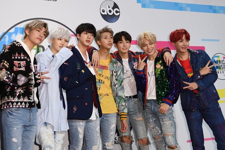Boyband BTS berpose di American Music Awards 2017, yang digelar di Los Angeles, California, AS, pada 19 November 2017.
