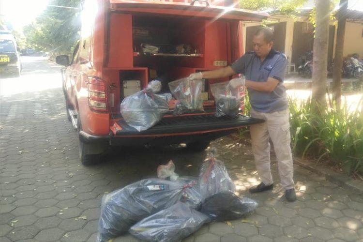 Polisi mengamankan barang bukti dari lokasi penemuan potongan tubuh di Mapolres Banyumas, Jawa Tengah, Sabtu (13/7/2019).