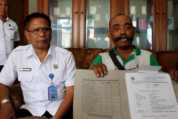 Agus Suwarno, kakek enam cucu, usia 69 tahun, jalan kaki dari Jepara menuju Jakarta untuk menemui Kepala BNN Budi Waseso. Dia mengungkapkan keprihatinan dan perjuangannya untuk memberantas maraknya peredaran narkoba di depan sejumlah petugas BNN Kota Cirebon, dan sejumlah awak media, Rabu (2/2/2017).