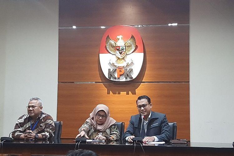 Wakil Ketua KPK Lili Pintauli Siregar, Plt Juru Bicara KPK Ali Fikri, dan Ketua KPU Arief Budiman dalam konferensi pers penetapan tersangka Komisioner KPU Wahyu Setiawan, Kamis (9/1/2020).