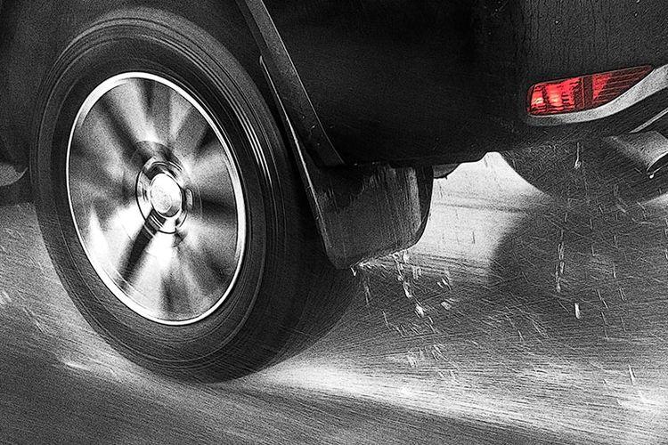 Ilustrasi mobil mengalami hydroplaning di jalan yang basah.