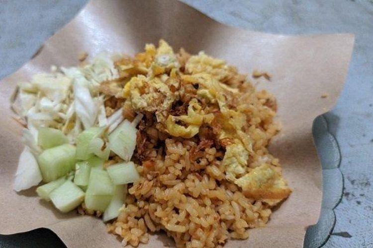 Seporsi nasi goreng Warung Nasi Goreng Bu Lasmiati. Sepiring nasi goreng yang dilengkapi irisan kol, timun, dan telur dadar, ini dibanderol murah, hanya Rp 3.000.