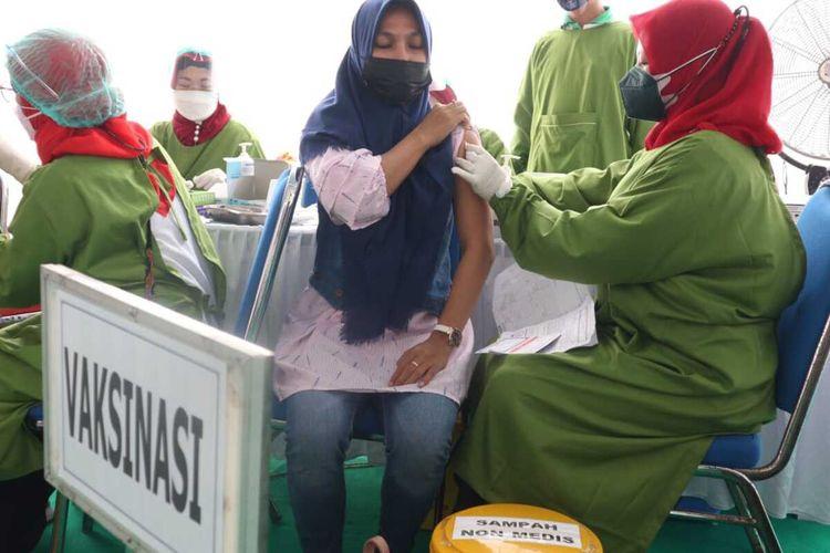 Salah satu warga menjalani vaksinasi Covid-19 di Kecamatan Tembelang, Kabupaten Jombang, Jawa Timur, Kamis (9/9/2021).