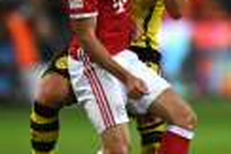 Frank Ribery menyikut Felix Passlack saat Bayern Muenchen melawan Borussia Dortmund pada Piala Super Eropa di Signal Iduna Park, Minggu (14/8/2016).