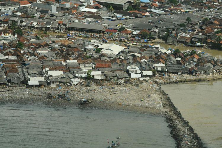 Pantauan udara dari pesawat Cesna 208B Grand Caravan milik Maskapai Susi Air di pesisir Banten yang terdampak tsunami. Foto menunjukkan sebagian rumah warga pesisir yang porak poranda di Kampung Sumur, Pandeglang, Banten