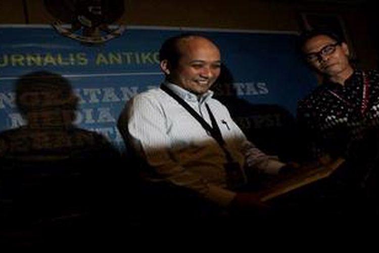 """Penyidik Komisi Pemberantasan Korupsi (KPK), Novel Baswedan (berbaju putih), di dampingi juru bicara KPK, Johan Budi SP, berdiskusi dengan media yang diselenggarakan KPK di Gedung KPK, Jakarta, Selasa (26/3/2013). Diskusi yang disampaikan oleh Novel  mengangkat tema""""Peningkatan Kapasitas Media dalam Pemberantasan Korupsi"""" dan juga memaparkan proses penyelidikan hingga penuntutan yang dilakukan oleh KPK."""