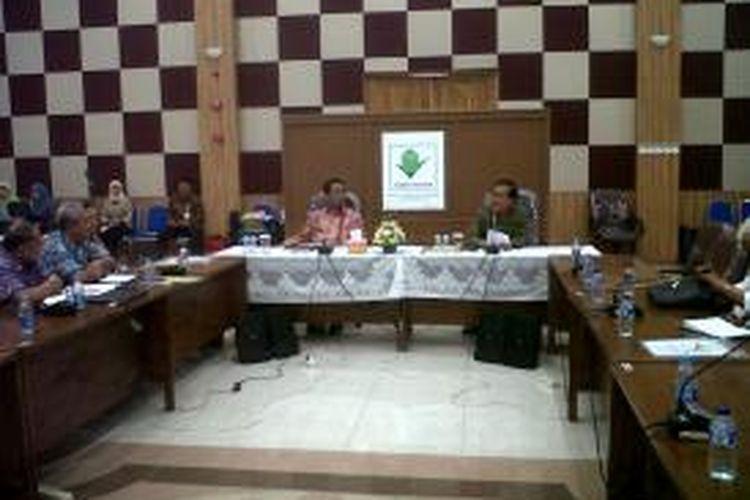 Menteri Pertanian, Andi Amran Sulaiman, saat berdialog dengan para peserta 'Sarasehan III Forum Komunikasi Profesor Riset Kementerian Pertanian' di Bogor, Jawa Barat, Selasa (19/5/2015).