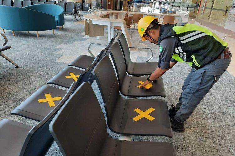 Tempat duduk dipisah untuk mengutangi dampak wabah Covid-19 di ruang tunggu dan terminal Bandar Udara Yogyakarta International Airportdi Kulon Progo, DI Yogyakarta.