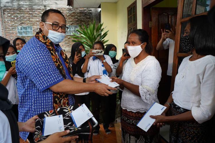 Sekretaris Kementerian Koperasi dan UKM Rully Indrawan, menyerahkan Banpres Produktif untuk Usaha Mikro kepada 5 pelaku usaha mikro, kecil dan menengah (UMKM) di Maumere, Nusa Tenggara Timur (NTT), akhir pekan lalu.