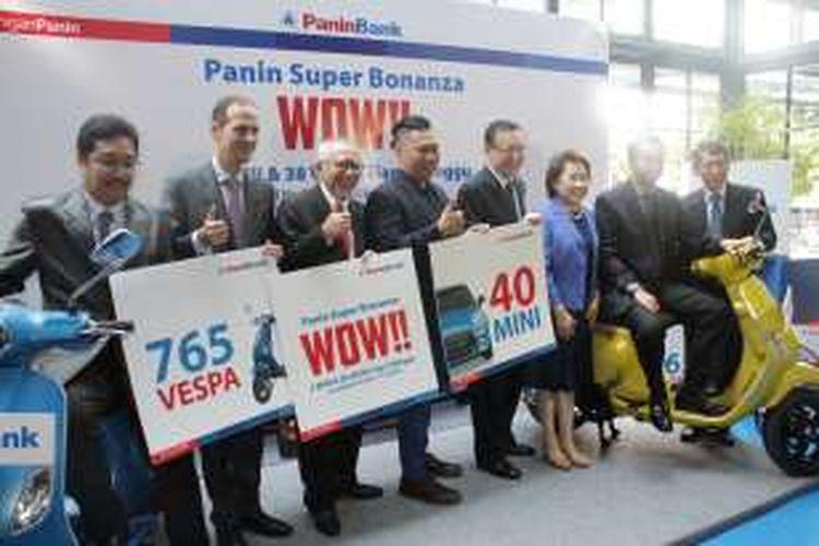 Jajaran direksi Panin Bank dipimpin Presiden Direktur Herwidayatmo (ketiga dari kiri) saat meluncurkan program Tabungan Super Bonanza Periode 1 Maret 2016 sampai dengan 31 Desember 2016.