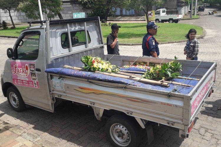 Mobil pikap pembawa papan karangan bunga untuk Ahok dicegat satpam di depan Komplek Pantai Mutiara, Jakarta Utara, Kamis (24/1/2019).