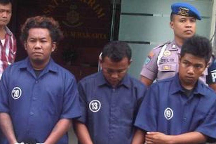 Sardi (kedua dari kiri) digelandang petugas saat gelar perkara, Kamis (25/7/2013).