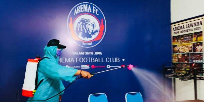 Manajemen Arema FC melakukan penyemprotkan disinfektan di Kantor Arema FC Malang, Jawa Timur, Sabtu (20/03/2020) siang.