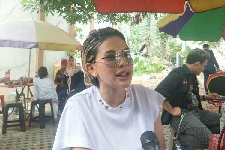 Artis peran yang juga pembawa acara Nikita Mirzani saat ditemui di Pengadilan Agama Jakarta Selatan, Senin (12/8/2019).