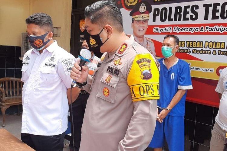 Kapolres Tegal AKBP Muhammad Iqbal Simatupang memberikan keterangan pers terkait  kasus pencabulan seorang ayah terhadap anak kandungnya, dalam ungkap kasus di Mapolres Tegal Rabu (11/11/2020)