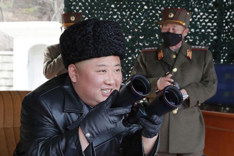 Sebuah foto yang dirilis oleh Kantor Berita Pusat Korea Utara (KCNA) resmi pada 03 Maret 2020 menunjukkan pemimpin Korea Utara dan ketua Partai Buruh Korea, Kim Jong Un (tengah), mengunjungi tempat latihan pemogokan senjata jarak jauh berbagai sub-unit artileri tentara Korea Utara, di lokasi yang dirahasiakan di Korea Utara, 02 March 2020.  EPA-EFE/KCNA   EDITORIAL USE ONLY