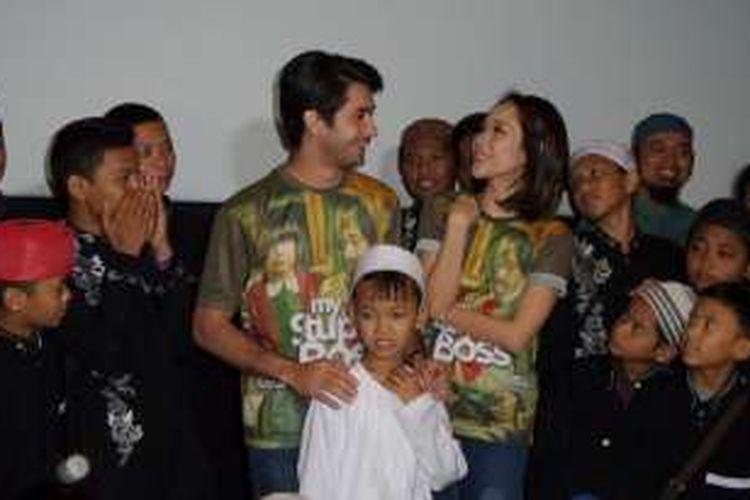 Artis peran Reza Rahadian dan Bunga Citra Lestari saat menggelar syukuran atas pencapaian film My Stupid Boss bersama anak yatim di CGV Blitz Megaplex, Grand Indonesia, Jakarta Pusat, Rabu (8/6/2016).