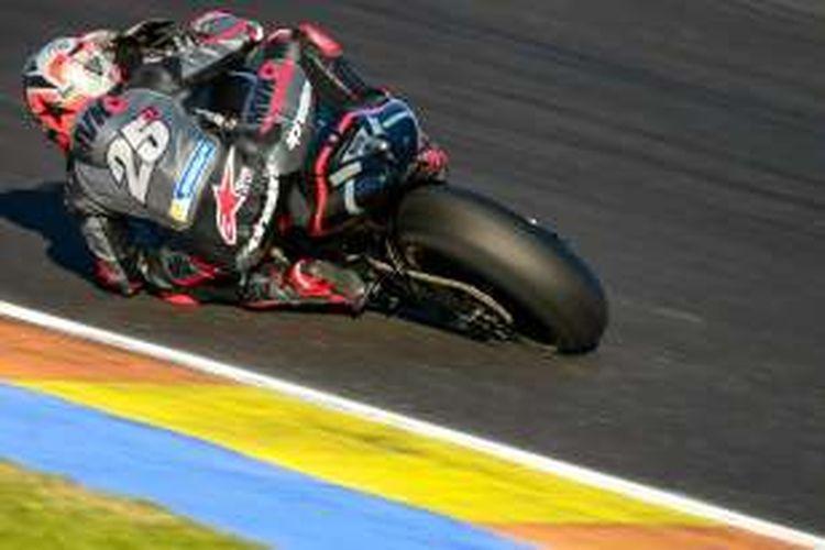 Pebalap Movistar Yamaha asal Spanyol, Maverick Vinales, memacu motornya pada hari kedua tes pasca-musim di Sirkuit Ricardo Tormo, Valencia, Rabu (16/11/2016).