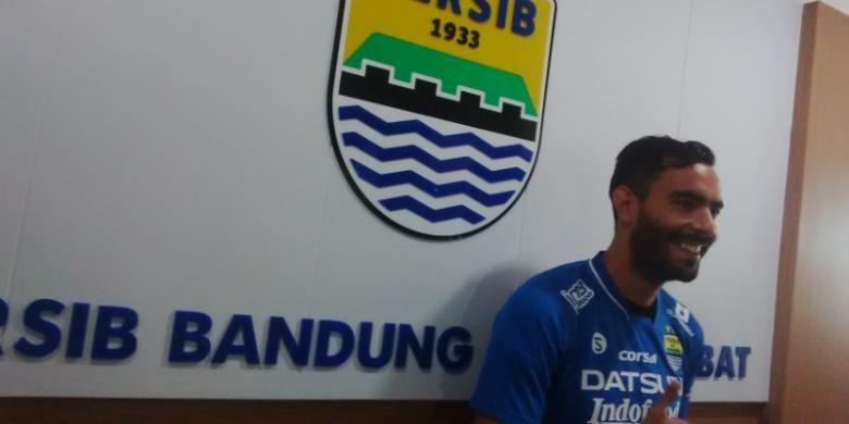 Pemain baru Persib Bandung Marcos Florea saat diperkenalkan jajaran mananemen kepada media di Graha Persib, Jalan Sulanjana, Jumat (9/9/2016). KOMPAS.com/DENDI RAMDHANI