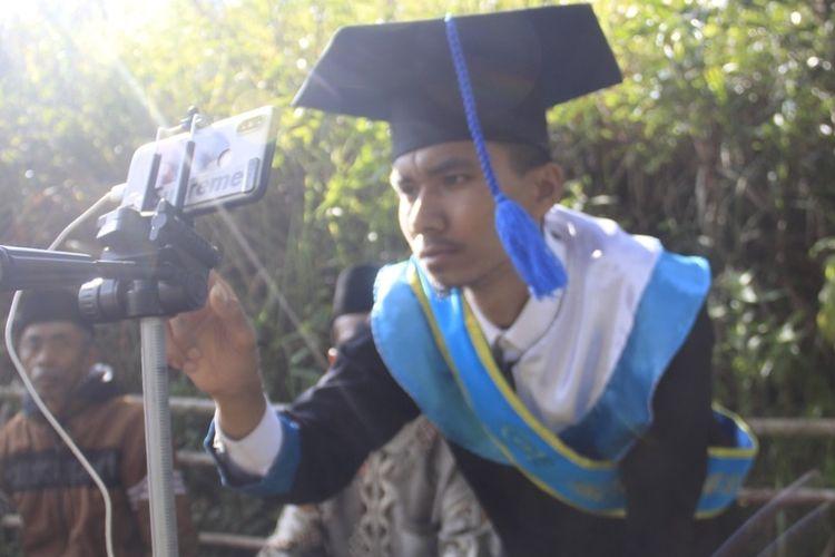 Ahmad Krismon ikuti prosesi wisuda daring dari atas bukit di Sungai Betung, Pasia Laweh, Agam, Kamis (27/8/200)
