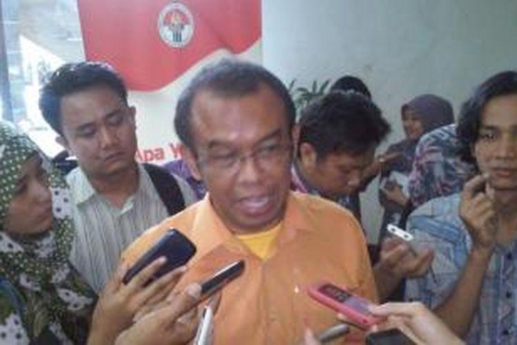 Deputi V Bidang Harmonisasi dan Kemitraan, Gatot S. Dewa Broto, saat memberikan keterangan kepada wartawan di Gedung Kemenpora, Jakarta, Selasa (18/11/2014).