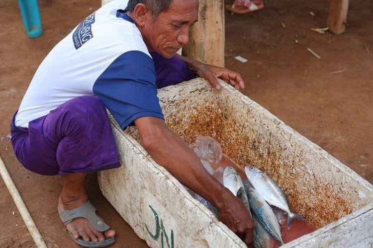 Para nelayan di Messa dan Papagarang membutuhkan es batu untuk mengawetkan hasil tangkapan mereka.