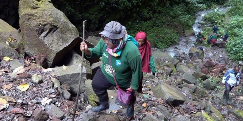 Mereka menuturkan bahwa mereka bersedia menjadi ranger karena berharap hutan yang terjaga dapat memastikan pasokan air bagi kaum perempuan di desa mereka.