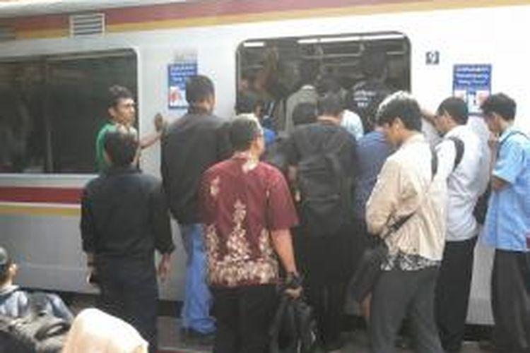 Kondisi penumpang yang sudah penuh sesak, namun masih dipaksakan oleh penumpang lainnya yang akan naik ke dalam kereta, jurusan Bogor-Jakarta Kota di Stasiun Manggarai, Jakarta Selatan.