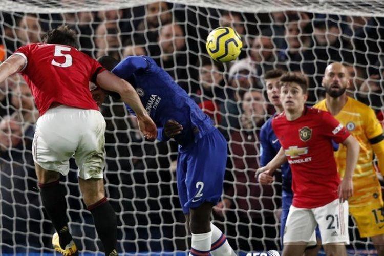 Bek Man United, Harry Maguire, mencetak gol kedua Setan Merah pada laga kontra Chelsea di Liga Inggris, 18 Februari 2020. Laga Chelsea vs Man United berakhir dengan skor 0-2.
