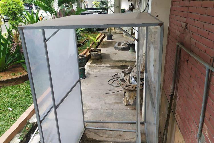 Bilik disinfektan dibiarkan terbengkalai di depan kantor Bupati Pamekasan. Peralatan pencegahan dan penanganan Covid-19 di Kabupaten Pamekasan banyak yang sudah terbengkalai dan tidak berfungsi.