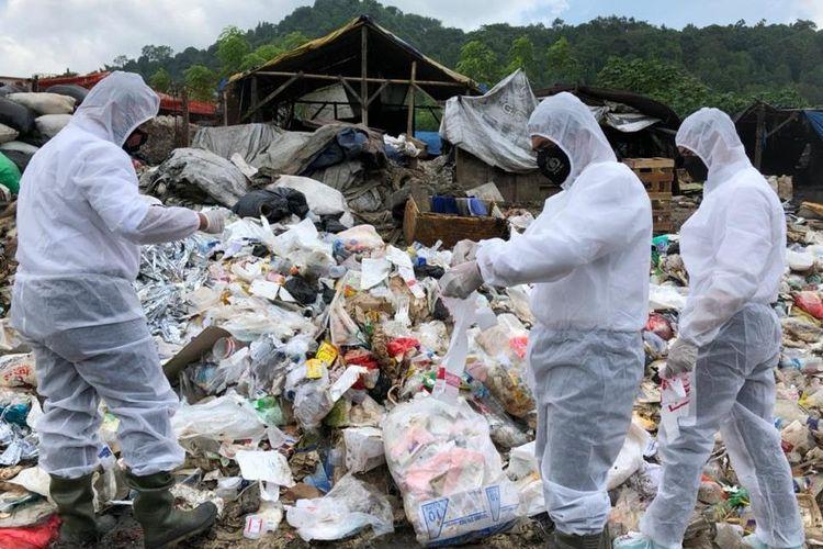 Penyidik Subdit IV Tipiter Direskrimsus Polda Lampung menyelidiki temuan limbah medis di TPA Bakung Bandar Lampung. (FOTO: Dok. Humas Polda Lampung)