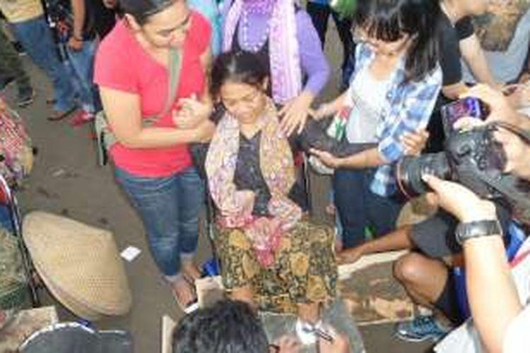 Cor semen yang membelenggu kaki sembilan petani perempuan dari Pegunungan Kendeng akhirnya dibongkar. Pembongkaran cor semen tersebut dilakukan setelah terdengar kabar bahwa Presiden Joko Widodo akan mengirinkan perwakilan untuk bertemu dengan sembilan perempuan tersebut di seberang Istana Negara.