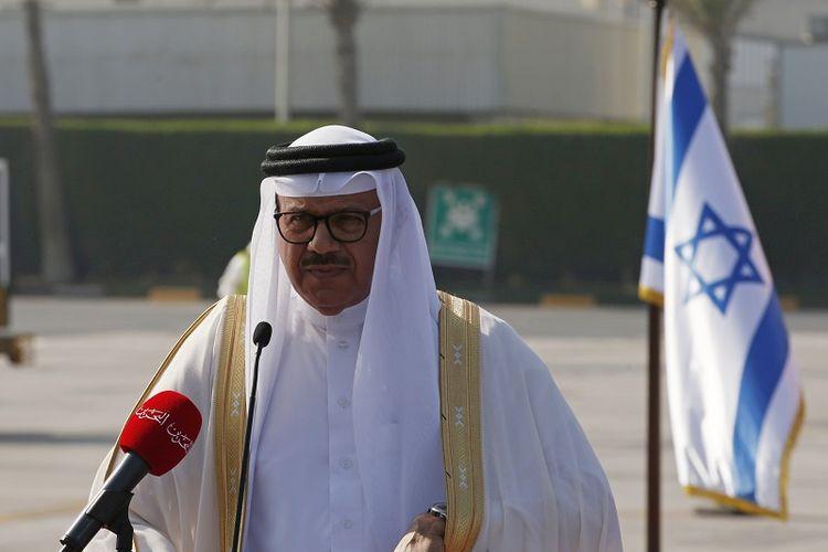 Menteri Luar Negeri Bahrain Abdullatif Al Zayani menyampaikan pernyataan setibanya delegasi Israel didampingi Menteri Keuangan AS, di Muharraq, Bahrain, Minggu, 18 Oktober 2020. Delegasi gabungan Amerika-Israel menuju Bahrain, Minggu, di mana Bahraini dan Pejabat Israel akan menandatangani sejumlah perjanjian bilateral menyusul pengumuman bulan lalu untuk menormalisasi hubungan.
