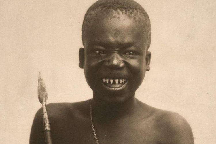 Ota Benga diculik di wilayah yang kini dikenal sebagai Republik Demokratik Kongo pada 1904 dan dibawa di Amerika Serikat untuk dipamerkan. Wartawan Pamela Newkirk, yang telah banyak menulis tentang OtoBenga, menjadi saksi upaya selama beberapa dekade untuk menutupi apa yang terjadi padanya.