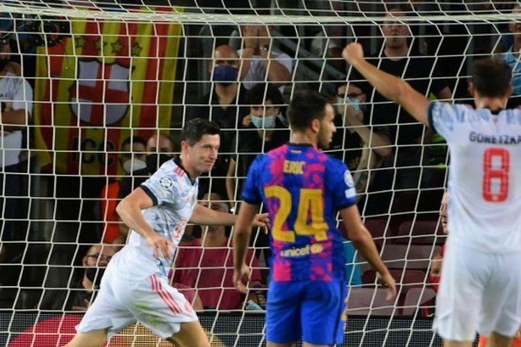 Striker Bayern Muenchen, Robert Lewandowski, berselebrasi usai mencetak gol ke gawang Barcelona pada matchday pertama Grup E Liga Champions 2021-2022.
