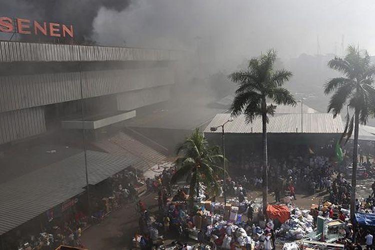 Kepulan asap hitam membumbung tinggi dari peristiwa kebakaran di Pasar Senen, Jakarta Pusat, Kamis (19/1/2017). Kebakaran yang terjadi sejak pukul 04.30 WIB itu diduga karena korsleting listrik di lantai satu Blok III dan dalam penanganan petugas yang mengerahkan sedikitnya 50 unit mobil pemadam kebakaran.