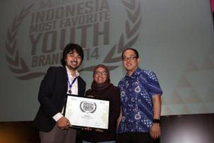 Vice President Prepaid & Broadband Marketing Telkomsel, Ririn Widaryani (tengah) saat menerima penghargaan untuk Telkomsel di Marketeers Award 2014, Ritz Carlton Pacific Place, Jakarta, Rabu (23/10/2014).