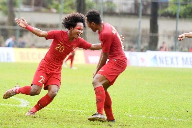 Pemain timnas U-18 Indonesia, Amiruddin Bagus Kahfi merayakan gol ke gawang Filipina pada kaga grup A Piala AFF U-18 di Stadion Binh Duong 2, Vietnam, Selasa (6/8/2019). Tampak pelipus Bagus harus diplester akibat terluka setelah sempat berbenturan dengan pemain lawan.