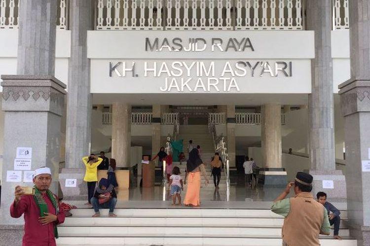 Masjid KH Hasyim Asyari di dekat rusunawa Daan Mogot, Jakarta Barat, menjadi salah satu tempat rekreasi pilihan warga Jakarta, Kamis (29/6/2017). Pengunjung yang kebanyakan merupakan keluarga ini terlihat mengabadikan momen dengan kamera ponsel mereka.