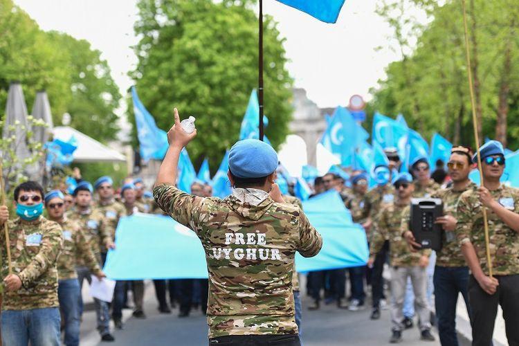 Sejumlah warga etnis Uighur menggelar unjuk rasa di Brussels, Belgia menuntut Uni Eropa mendesak China untuk menghormati hak asasi warga Uighur di wilayah Xinjiang serta meminta penutupan pusat-pusat reedukasi tempat warga Uighur ditahan.