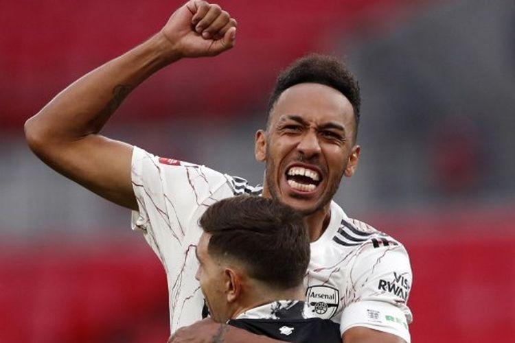 Pierre-Emerick Aubameyang memeluk Emiliano Martinez seusai memastikan Arsenal menjadi juara Community Shield 2020 mengalahkan Liverpool via adu penalti.