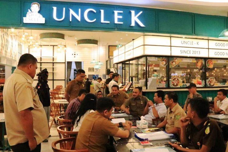 Tim pelaksana penagihan tunggakan pajak daerah dipimpin Kasubbid Teknis Bidang 2 BPPRD Kota Medan Sutan Partahi saat mendatangi restoran Uncle K di lantai empat Sun Plaza Medan pada awal Maret 2020 lalu