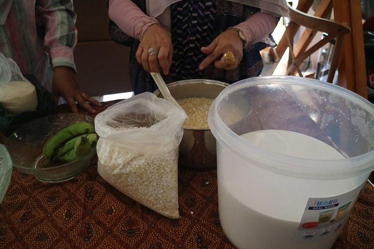 Proses pembuatan memek merupakan salah satu makanan khas Simeulue Aceh terdapat beras ketan yang sudah disangrai, santan, pisang dan gula pasir.(KOMPAScom / Gabriella Wijaya)