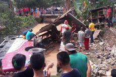 Bus Rombongan Pelajar SMA Terperosok ke Sungai Setelah Tabrak Warung