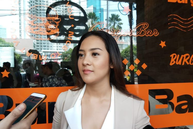 Selebgram sekaligus artis peran Anya Geraldine saat launching bisnis kuliner barunya, Burger Bar, di kawasan Sudirman, Jakarta Pusat, Kamis (21/11/2019).