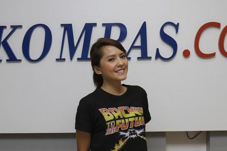 Pemain film Bukaan 8, Lala Karmela, berpose usai diwawancara terkait film yang dibintanginya tersebut di lobi newsroom Kompas.com, Palmerah, Jakarta, Kamis (9/2/2017). Film bergenre komedi tersebut rencananya akan ditayangkan secara perdana di bioskop seluruh Indonesia pada 23 Februari 2017 mendatang.