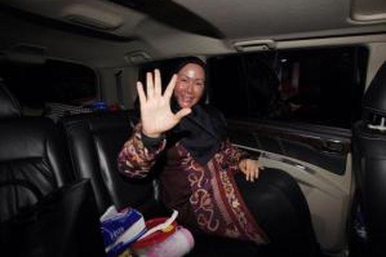 Gubernur Banten, Ratu Atut Chosiyah meninggalkan Gedung Komisi Pemberantasan Korupsi di Jakarta, Jumat (11/13). Ia diperiksa sebagai saksi dalam perkara dugaan suap terhadap Ketua Mahkamah Konstitusi (non aktif) Akil Mochtar yang melibatkan adik kandungnya, Tubagus Chaeri Wardhana yang telah ditetapkan KPK sebagai tersangka.